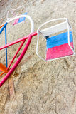 Gammal förstörd lekplats inga children& x27; s-lek i gården retro färgstil Arkivfoto