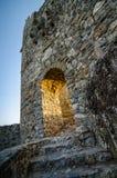 Gammal förstörd slott på solnedgången Arkivbilder