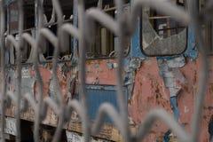 Gammal förstörd spårvagn arkivfoto