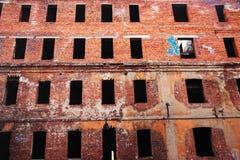 Gammal förstörd tegelstenbyggnad Royaltyfri Fotografi