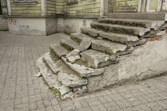 gammal förstörd trappuppgång Arkivfoton