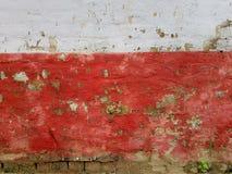 Gammal förstörd vägg för abstrakt ljus grungetexturbakgrund av en glad röd färg, överst av ett vitt band, längst ner av Royaltyfria Foton