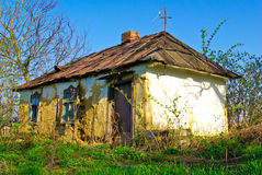 """""""Gammal, förstörd, wattle- och kluddhus med brutna Windows"""", Royaltyfri Fotografi"""