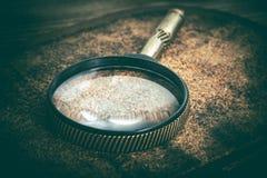 Gammal förstoringsglas eller loupe på korkbakgrund Arkivfoton