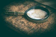 Gammal förstoringsglas eller loupe på korkbakgrund Fotografering för Bildbyråer