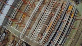 Gammal fabrik av auto delproduktion Lager av aluminum rör produktionen av metallrör Rörsvetsning arkivfilmer