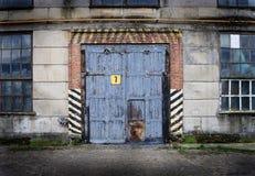 Gammal fabrik för tappning med den stängda dörren Royaltyfri Foto