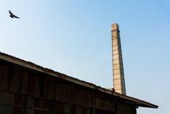 Gammal fabrik med fabriksskorsten Arkivbild