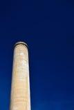 Gammal fabriksfabriksskorsten på en klara Sunny Day med blåa himlar Royaltyfri Bild
