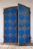 Gammal falsk dörr som färgas i blått Arkivbild
