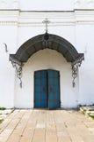 Gammal falsk kyrklig dörr som färgas i blått Arkivbilder