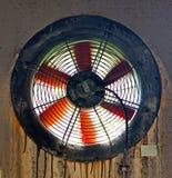 Gammal fan i väggen av den övergav fabriken Royaltyfria Bilder