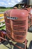 Gammal Farmall traktor Fotografering för Bildbyråer
