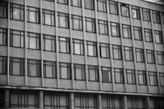 Gammal fasadkontorsbyggnad av exponeringsglas och betong Royaltyfria Foton