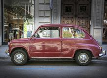 Gammal Fiat 600 stadsbil i Barcelona, Spanien Arkivfoton