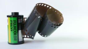 Gammal film för mm 35 i kassett på en vit bakgrund lager videofilmer