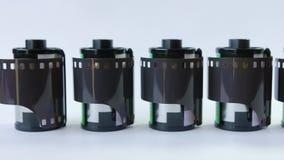Gammal film för mm 35 i kassett på en vit bakgrund stock video