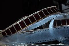 Gammal film med en film på en mörk bakgrund Arkivfoto