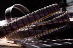 Gammal film med en film på en mörk bakgrund Arkivbild