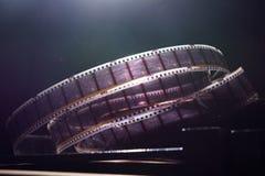 Gammal film med en film på en mörk bakgrund Arkivfoton