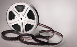 Gammal filmfilmrulle på brun bakgrund fotografering för bildbyråer