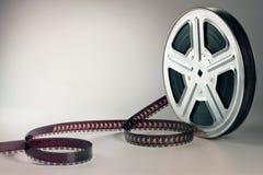 Gammal filmfilmrulle på brun bakgrund royaltyfri bild