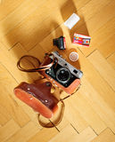 Gammal filmkamera FED med agfafilmen på träbakgrund Arkivbilder