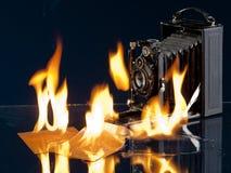 Gammal filmkamera med brand arkivbild