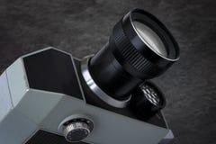Gammal filmkamera med en lins fotografering för bildbyråer
