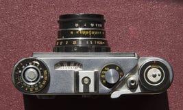 Gammal filmkamera på tabellen royaltyfri bild