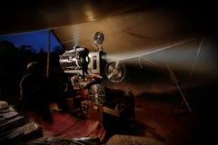 Gammal filmprojektor för tappning med rullar royaltyfri bild