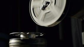 Gammal filmprojektor som spelar i natten Närbild av en rulle med en film Filmen har kört ut ur filmen lager videofilmer
