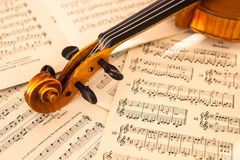 Gammal fiol som ligger på arket av musik Royaltyfri Fotografi