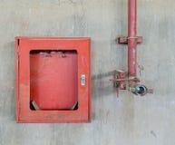 Gammal firehose och firehoseask Royaltyfri Foto