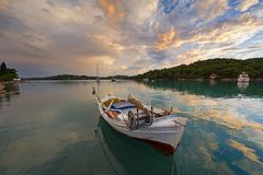 Gammal fiskebåt i en tyst liten vik på Porto-Heli, Grekland Royaltyfri Bild