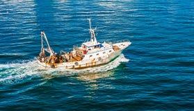 Gammal fiskebåt i fjärd Royaltyfria Bilder