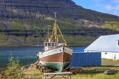 Gammal fiskebåt i Island Arkivfoton