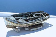Gammal fiskebåt i Santorini, Grekland Fotografering för Bildbyråer