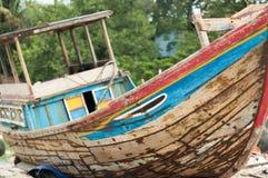 Gammal fiskebåt i Vietnam Arkivbild