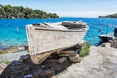 Gammal fiskebåt med sprucken vit målarfärg, Solta ö, Kroatien Royaltyfria Foton
