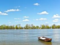 Gammal fiskebåt på Donauen Serbien Zemun Gardos Kej för solig dag för flodvårblått Royaltyfria Bilder