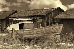 Gammal fiskebåt på kust Royaltyfri Fotografi
