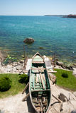 Gammal fiskebåt på kusten av Blacket Sea Royaltyfri Fotografi