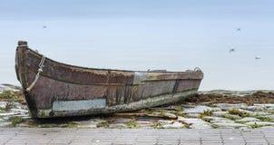 Gammal fiskebåt på det baltiska havet Arkivfoto