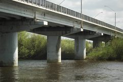 gammal flod för bro Royaltyfri Fotografi