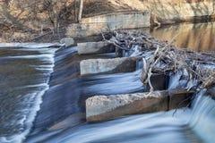 Gammal flodfördämning på den Poudre floden Arkivfoto