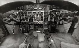 gammal flygplancockpit Arkivbild