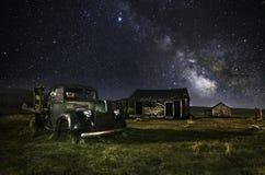 Gammal Ford lastbil i den Bodie spökstaden arkivbild