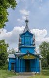 Gammal forntida blå kristen kyrka som lokaliseras i byn royaltyfria bilder