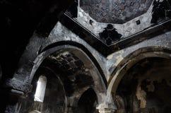 Gammal forntida inre för kristen kyrka med fantastiskt naturligt ljus royaltyfria foton